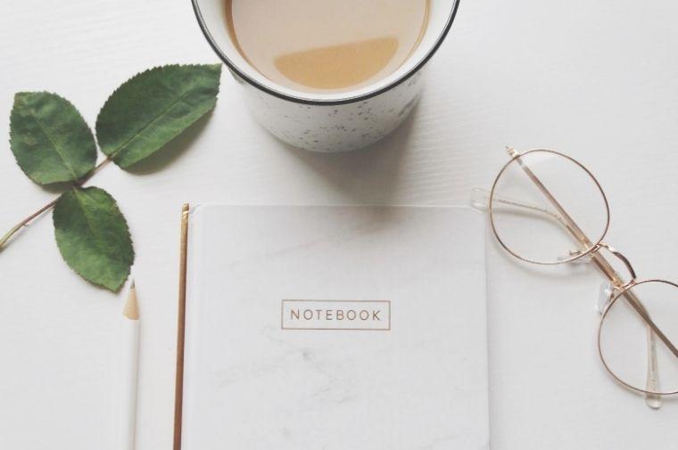 テーブルの上にあるノートとお茶