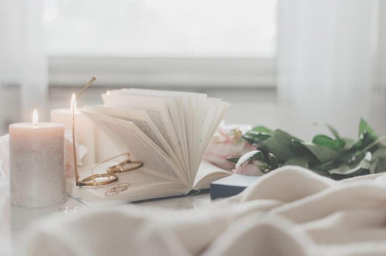 読みかけの本とキャンドル