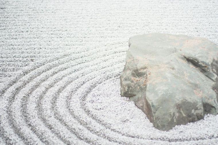 白い大きな石がある禅の庭