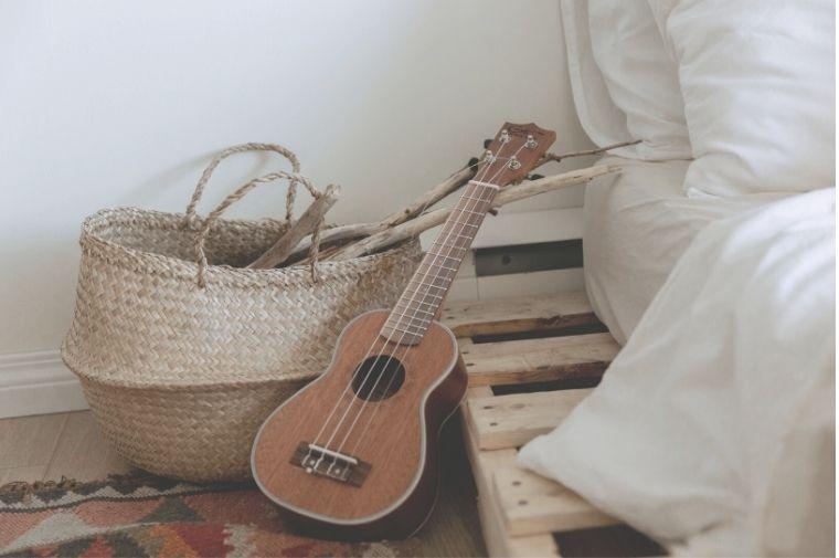 ベットサイドにあるギター