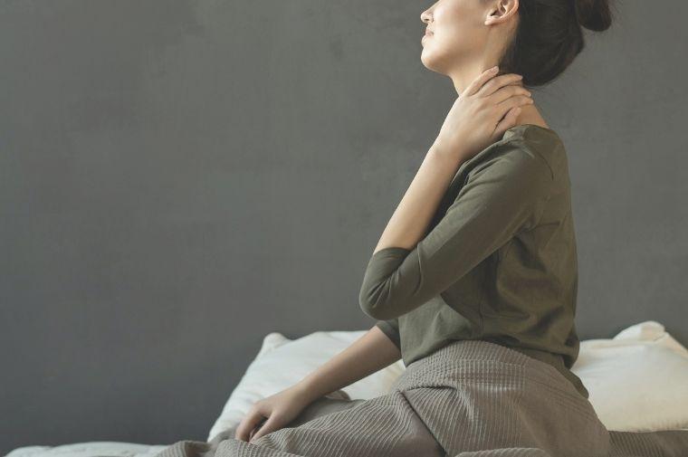 首のマッサージをしている女性