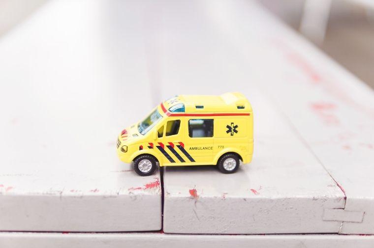 黄色いおもちゃの緊急車両