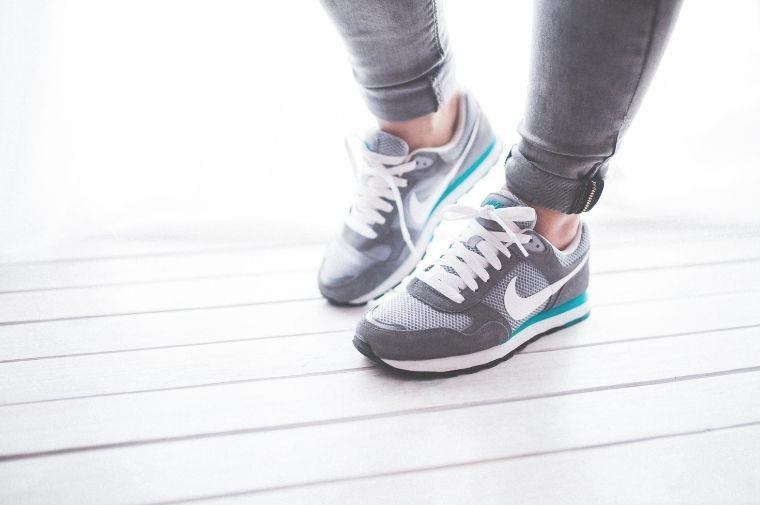 スニーカーを履いている女性の足