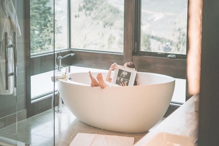 朝風呂を楽しんでいる女性