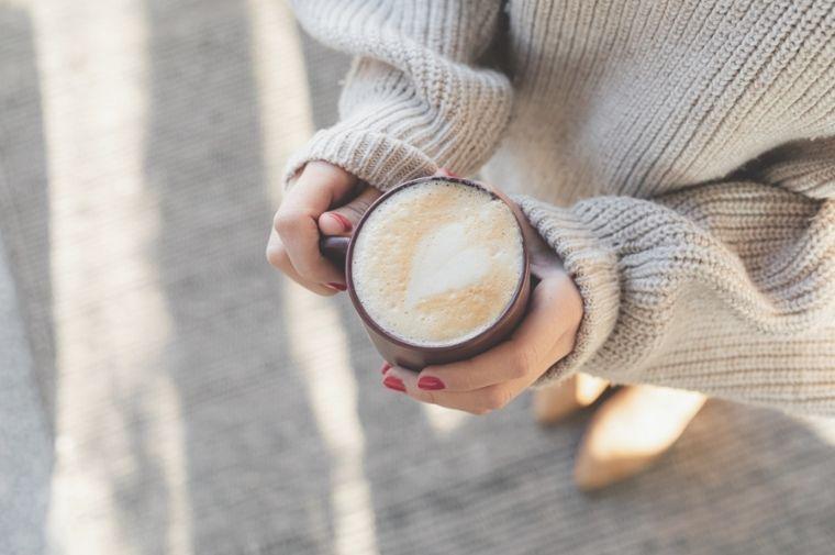 コーヒーを持った女性の手