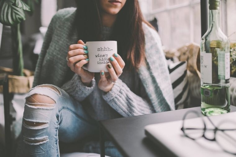 コーヒーブレイクをしている女性