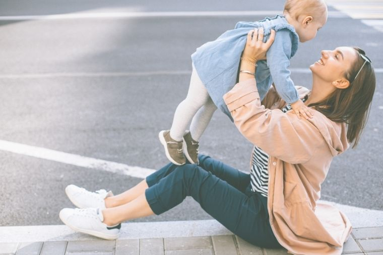 母親が子供を抱っこして持ち上げている